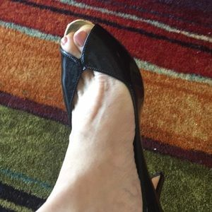 And Klein black patent pumps